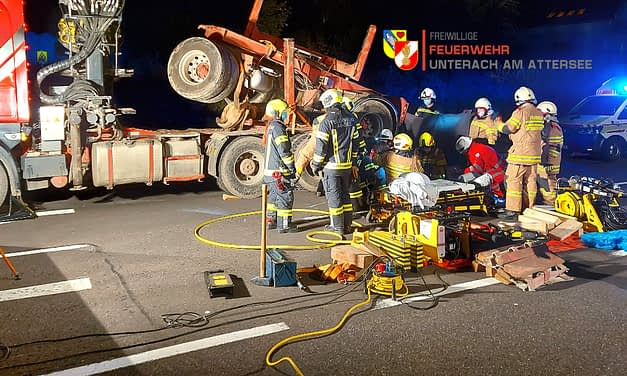 19.10.2020: Fahrzeuglenker unter Holztransporter eingeklemmt, Kreuzung Au-See